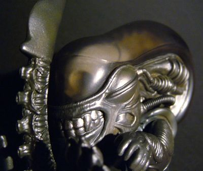 Alien Big Chap vinyl figure from Hot Toys